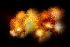 sistema de exhibición del fuego artificial del oro por Feliz Año Nuevo y mer de la celebración Imagen de archivo
