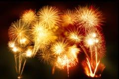 sistema de exhibición del fuego artificial del oro por Feliz Año Nuevo y mer de la celebración Imagen de archivo libre de regalías