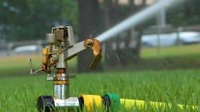 Sistema de sistema de extinção de incêndios automático que molha o gramado em um fundo da grama verde filme