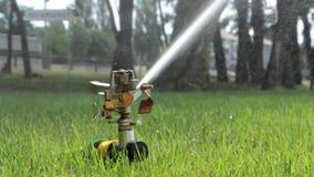 Sistema de sistema de extinção de incêndios automático que molha o gramado em um fundo da grama verde vídeos de arquivo