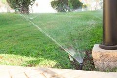 Sistema de extin??o de inc?ndios no jardim que molha o gramado Conceito molhando autom?tico dos gramados imagem de stock