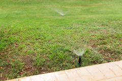 Sistema de extin??o de inc?ndios no jardim que molha o gramado Conceito molhando autom?tico dos gramados fotos de stock royalty free