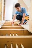 Sistema de Fitting Central Heating do encanador do aprendiz na casa fotografia de stock royalty free