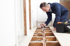Sistema de Fitting Central Heating do encanador na casa fotografia de stock