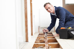 Sistema de Fitting Central Heating do encanador na casa foto de stock royalty free