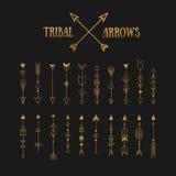 Sistema de flechas tribales del inconformista del oro en fondo de la pizarra línea Imagen de archivo