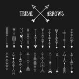Sistema de flechas tribales del inconformista en fondo de la pizarra Línea vint Foto de archivo libre de regalías