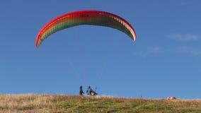 Sistema de fractura del Paragliding en la acción durante vuelo almacen de video