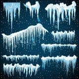 Sistema de fronteras realistas con nieve y carámbanos Elementos para el diseño de la Navidad sobre fondo azul, Fotografía de archivo libre de regalías