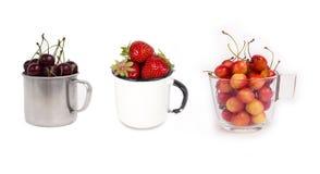 Sistema de frutas en las tazas aisladas en el fondo blanco Imagen de archivo