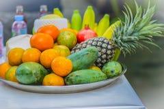 Sistema de frutas tropicales frescas incluyendo el plátano, naranja, piña Fotografía de archivo libre de regalías