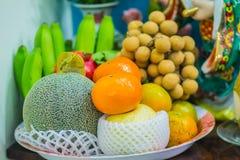 Sistema de frutas tropicales frescas incluyendo el plátano, naranja, piña Fotos de archivo