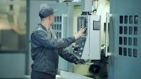 Sistema de funcionamento do painel de controle do trabalhador do coordenador industrial na planta da fabricação video estoque