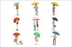Sistema de gente con los paraguas coloridos Hombre y mujer sonrientes que caminan bajo vector colorido de los caracteres del para stock de ilustración