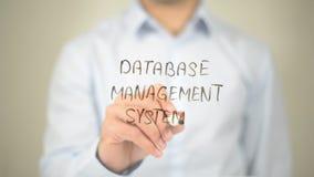 Sistema de gerenciamento de base de dados, escrita do homem na tela transparente Fotos de Stock