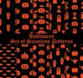 Sistema de Halloween de modelos inconsútiles con las calabazas, las brujas y los símbolos celebradores Vector Imágenes de archivo libres de regalías