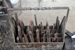 Sistema de herramientas de Balcksmith de cinceles fríos viejos imágenes de archivo libres de regalías