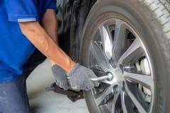 Sistema de herramientas con los coches para cambiar los neumáticos imagenes de archivo