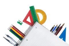 Sistema de herramientas de la oficina debajo de un cuaderno para tomar notas. Imágenes de archivo libres de regalías