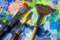 Sistema de herramientas del arte: cepillos y cuchillo foto de archivo