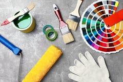 Sistema de herramientas del ` s del decorador en fondo gris fotografía de archivo