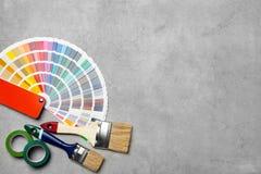 Sistema de herramientas del ` s del decorador en fondo gris fotos de archivo
