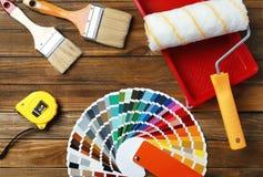 Sistema de herramientas del ` s del decorador en fondo de madera fotos de archivo