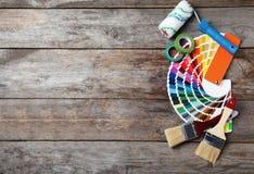 Sistema de herramientas del ` s del decorador en fondo de madera fotos de archivo libres de regalías