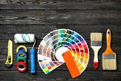 Sistema de herramientas del ` s del decorador en fondo de madera foto de archivo libre de regalías