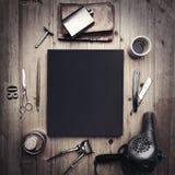 Sistema de herramientas del vintage de la peluquería de caballeros y de la lona negra Imagen de archivo