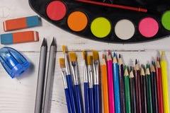 Sistema de herramientas de dibujo en el fondo de madera blanco Foto de archivo libre de regalías