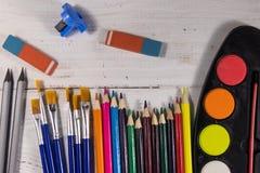 Sistema de herramientas de dibujo en el fondo de madera blanco Imagenes de archivo