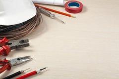 Sistema de herramientas eléctricas, del dibujo y del casco blanco en fondo de madera Accesorios para el trabajo de ingeniería, co Fotografía de archivo