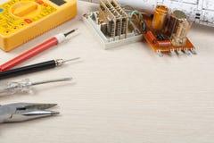 Sistema de herramientas eléctricas en fondo de madera Accesorios para el trabajo de ingeniería, concepto de la energía Copie el e Imagen de archivo libre de regalías