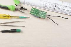 Sistema de herramientas eléctricas en fondo de madera Accesorios para el trabajo de ingeniería, concepto de la energía Copie el e Fotos de archivo
