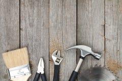 Sistema de herramientas en el fondo de madera Imágenes de archivo libres de regalías