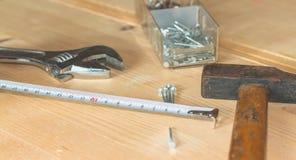 Sistema de herramientas en un banco de trabajo con los clavos Fotos de archivo libres de regalías
