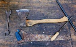 Sistema de herramientas en un fondo de madera imagen de archivo