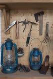 Sistema de herramientas sobre un vintage de madera del panel Fotografía de archivo libre de regalías