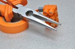 Sistema de herramientas y de cables eléctricos en superficie de metal Foto de archivo
