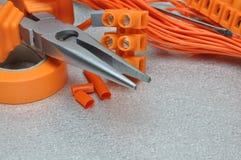 Sistema de herramientas y de cables eléctricos en superficie de metal Imagen de archivo
