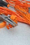 Sistema de herramientas y de cables eléctricos en superficie de metal Fotografía de archivo libre de regalías