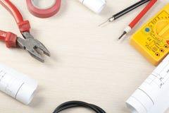 Sistema de herramientas y del dibujo eléctricos en fondo de madera Accesorios para el trabajo de ingeniería, concepto de la energ Imagenes de archivo