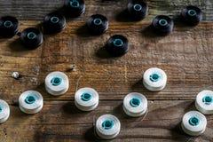 sistema de hilos de coser y de accesorios en fondo de madera Imagenes de archivo