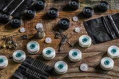 sistema de hilos de coser y de accesorios en fondo de madera Fotografía de archivo