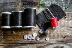 sistema de hilos de coser y de accesorios en fondo de madera Fotografía de archivo libre de regalías