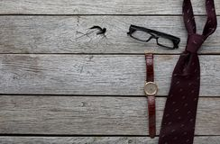 Sistema de hombres elegantes en el fondo de madera rústico, visión superior Fotos de archivo libres de regalías