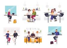 Sistema de hombres y de mujeres que se sientan en las tablas del café o del restaurante - trabajando en el ordenador portátil, ha ilustración del vector