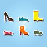 Sistema de iconos del color con los zapatos ilustración del vector