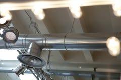 Sistema de iluminación y sistema de aire acondicionado Proyectores y luces de techo Imágenes de archivo libres de regalías